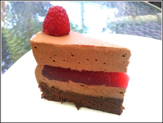Trozo de tarta con mousse de chocolate y frambuesas